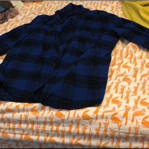 Blue and black men's flannel shirt. Size: XL
